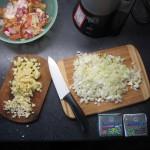 Zwiebeln, Knoblauch und Apfel kleingeschnitten (Foto: fs)