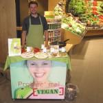 René Herpel von Landwege präsentiert die neuen veganen Leckereien (Foto: fs)