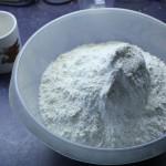 Zwei Kilogramm Weizenmehl warten auf das Vermanschen