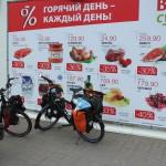 Vor einem Supermarkt in Svetlogorsk