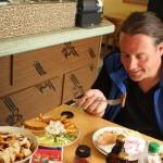 Vöner, Berlin: FS genießt einen leckeren veganen Dönerteller